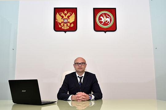 Новый и. о. ректора КНИТУ женат, у него двое сыновей. Старшему — 14 лет, а младший родился в Томске. Казаков любит проводить время с семьей