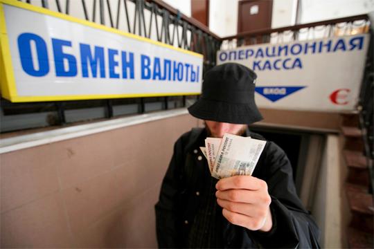 Сегодня рубль пробил отметку в69 рублей, то есть фактически вернулся напозиции 6марта этого года, когда Россия хлопнула дверью перед заседанием ОПЕК+, отказываясь принимать варианты соглашения оснижении нефтедобычи