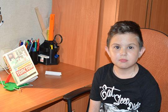 Сейчас Илья с удовольствием ходит в обычную школу, с интересом читает книги. Именно в эти дни он увлечен «Аэлитой» Алексея Толстого