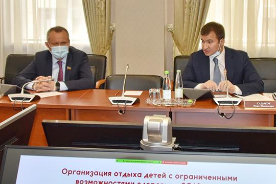Ринат Садыков (справа) рассказал, что на летний отдых детейизбюджета республики выделено более 1,6млрд рублей