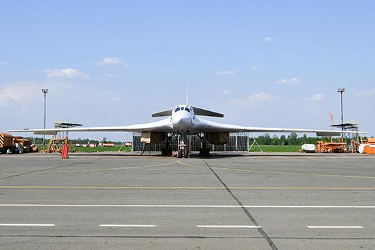 Что можно занести Конюхову вактив завремя управлением «Туполевым»? Достройку изсоветских заделов одного Ту-160 (на фото), подъем прототипа Ту-160М, двух прототипов Ту-22М3М, летающей лаборатории Ту-214ЛМК