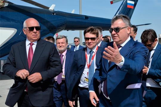 Шарипов произвел хорошее впечатление на Чемезова (слева) и«очень понравился» индустриальному директору авиационного кластера «Ростеха», председателю совета директоров ОАК, экс-министру обороныАнатолию Сердюкову (справа)