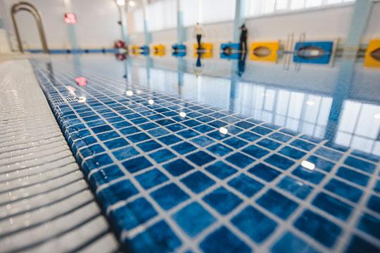 Довольно смелым шагом можно считать разрешение с завтрашнего дня открыться спортивным центрам, плавательным бассейнам, фитнес-центрам, но также при определенных условиях