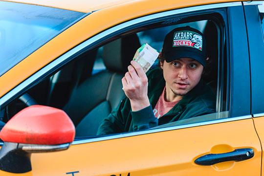 32-летний нападающий Михаил Глухов ни разу за карьеру в КХЛ не набирал больше 15 очков за сезон, но получил зарплату в 40 млн рублей за сезон