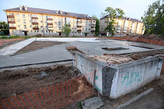 Площадь будущего сквера 0,8 га. До прихода строителей территория была бесхозной: в центре площадка для мусора, вокруг стихийная парковка