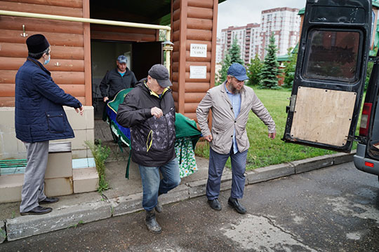 По завершении омовения носилки с телом Шагинура Мустафина погрузили в катафалк, траурная колонна отправилась в последний путь