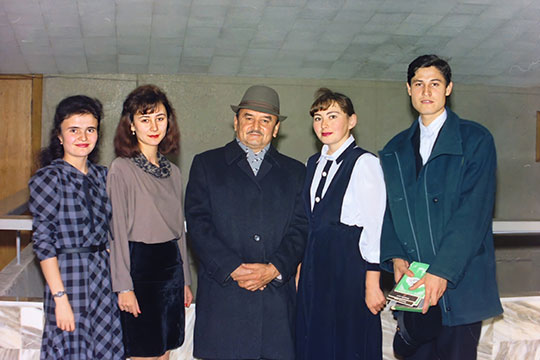 Миркасым Усманов (в центре) среди студентов татфака КГУ, 1994 г.