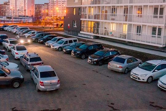 «Жильцы имеют право организовать гостевую парковку водворе своего дома. Надо понимать, что решение принимают собственники жилья этого дома наобщем собрании, где они выходят иголосуют: «Нам нужна парковка»
