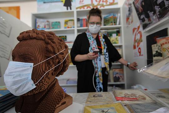 «Сегодня у нас 15 миллионов масок в месяц производится, и это позволило снизить цену на маски. А всех бесплатно обеспечить невозможно, потому что это же производство, затраты»