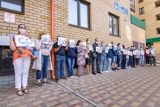 Рассерженные клиенты пошли на отчаянный шаг — устроили пикет под окнами Созоновой, где она находится под домашним арестом. В ход пошли фото женщины и плакаты с надписью «Созоновы, верните деньги»