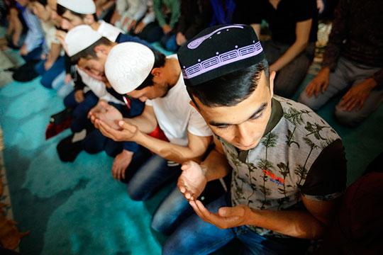 Мечети служат нетолько духовным, ноиобщинным центром притяжения. Там можно обсудить все последние новости диаспоры или найти работу для только что приехавшего вКазань
