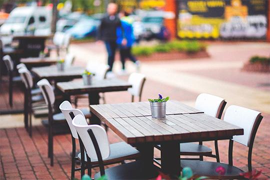 С11июняразрешено обедать на летних верандах ресторанов и кафе. Правда, это возможно с очередными оговорками, к которым надо еще изрядно подготовиться