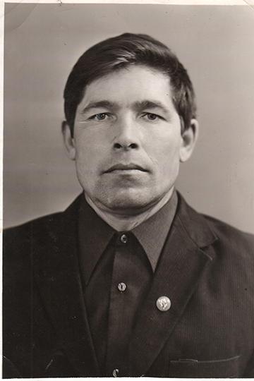 Отношения семьи Хузияхметовых икомбината имени Вахитова начались весной 1969 года, когда молодойУльфат Хузияхметоввернулся народину изТашкента, где втовремя произошло землетрясение