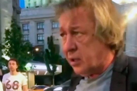 После того, как актер выбрался изповрежденного авто стала понятна причинауправления втаком стиле— онбыл мертвецки пьян