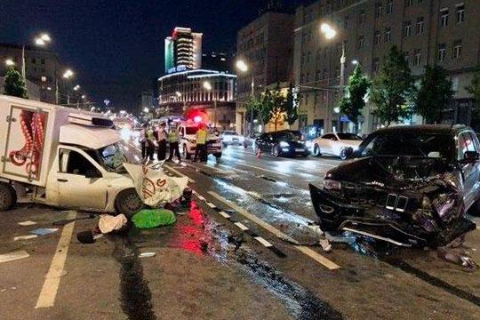Накануне поздно вечером известный актер Михаил Ефремов устроил серьезную аварию в центре Москвы, врезавшись на своем внедорожнике на полном ходу во встречный фургон