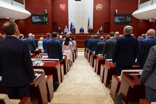 Практически в полном составе, несмотря на суровые меры социального дистанцирования прошлого, состоялась сегодня 10-я сессия Госсовета Татарстана