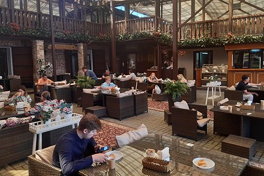 Веранда в «Татарской Усадьбе» уже с утра была полна гостей — семьи с детьми, туристы, и даже работники из соседнего офиса