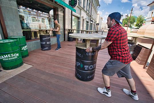 Одни из самых популярных мест центральной улицы — бар Top Hop и ресторан «Урюк» — усердно готовились ко встрече гостей. Сотрудники первого расставляли стилизованные под заведение шесть столов-бочек