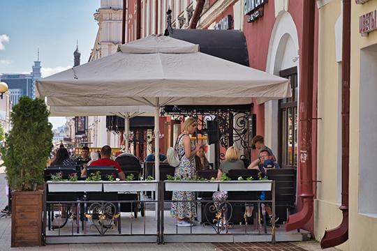 Уже в 11 утра масса столиков были заняты — так что разгар рабочего дня не остановил любителей вкусить радостей жизни на свежем воздухе