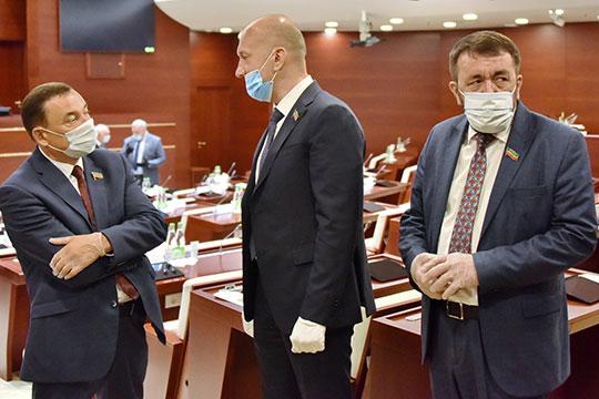 Николай Атласов (в центре) рассказал, что жители Автограда уже требуют полного запрета «наливаек»