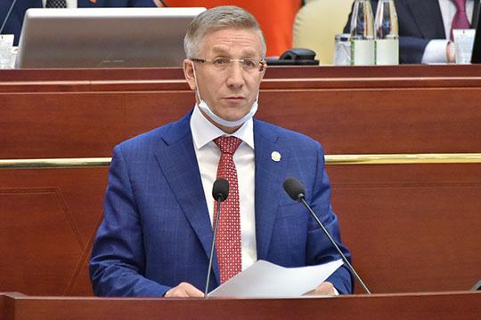 Ринат Гайзатулин напомнил, что федеральный закон наделяет субъекты РФ полномочием не только увеличить или уменьшить минимальный размер площади таких алкоточек в жилых домах, но и запретить их полностью