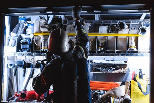 Все ночь пожарные работали с риском для жизни — в любую минуту горящий резервуар мог взорваться, в результате сдетонировали бы соседние емкости