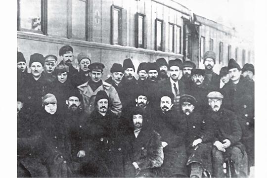 Представители турецкой и российской делегаций на фоне вагонов с изображением Красного креста, в которых в Турцию доставлялось российское золото. Карс, 1920-е гг