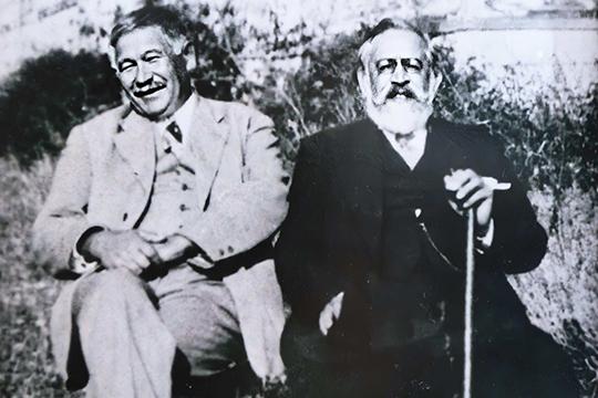 Татарский литератор и общественный деятель Гаяз Исхаки рядом с Юсуфом Акчурой (первый справа). Стамбул, 1937 г.