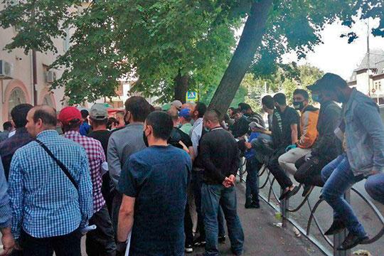 Хаотичная очередь из десятков граждан ближнего зарубежья «прессинговала» сегодня здание управления по делам миграции МВД по РТ на улице Чехова