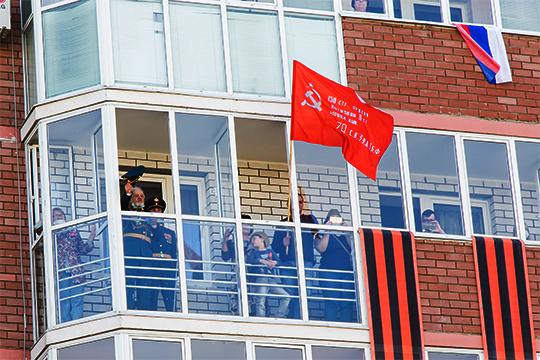 «Перед домом ветерана Михаила Николаевича Салова прошел даже настоящий военный парад, он наблюдал за ним с балкона»
