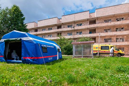 В Челнах сортировочным госпиталем была инфекционная больница. И она, подтвердил Садыков, поначалу не могла справиться с потоком пациентов, которые обратились в приемный покой