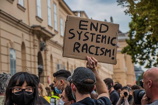 Воглаве США может оказаться человек, который, нескрываясь, придерживается позиции «чёрного расизма». Ивот тогда США действительно рискуют погрузиться вхаос