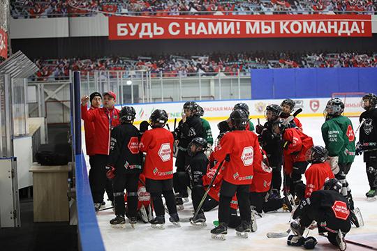 Конкурс проводился среди тренеров преподавателей спортивных школ «АкБарс», «Нефтяник» и«Динамо». Внем участвовали 15 тренеров-преподавателей ввозрасте до35 лет