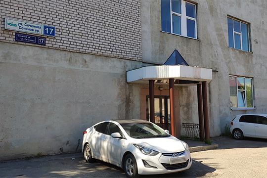 Здание, где, поверсии силовиков, Зиатдинов незаконно «поселил» «родственную»клинику, расположено впаре минут ходьбы— поадресу Сеченова, 17. Внешне оно ничем непримечательно— извывесок нанем только название улицы иномер дома