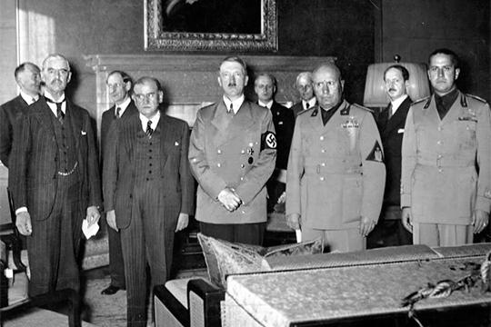 Подписание Мюнхенского соглашения. Слева направо: Чемберлен, Даладье, Гитлер, Муссолини и Чиано