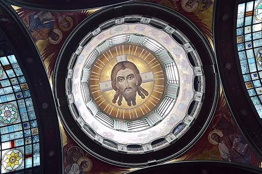 Главной иконой храма стал образ Спаса Нерукотворного, лик которого на художественных рельефах окружают образы Божией Матери Казанской, Владимирской, Тихвинской и Смоленской