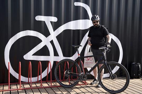 Кроме парковок, девелоперам теперь необходимо предусматривать места стоянки велосипедов. Они обязательны в новом жилье: пять мест на подъезд или одна велопарковка на 30 квартир, но не менее пяти на дом