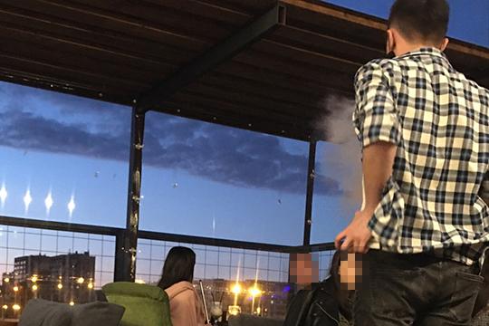 У проходящего мимо сотрудника на веранде интересуюсь, снят ли запрет в республике на курение кальянов. «Официально нет, но у нас можно»