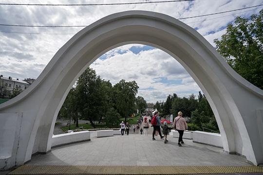При проведении работ в 2017 году подрядчик сделал акцент на косметическом ремонте арки, благоустройстве территории, но не конструктивном содержании объекта