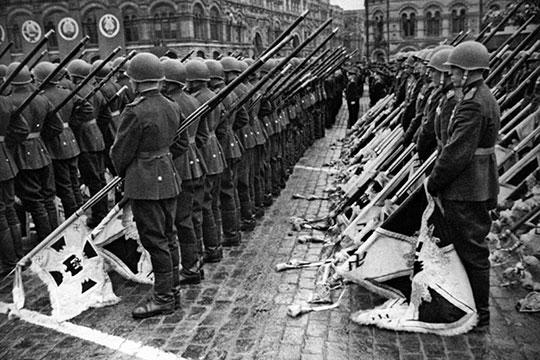 «Всегоже изГермании вывезли порядка 900 знамен. Изних отобрали 200 для того, чтобы ихбросать кподножию Мавзолея»