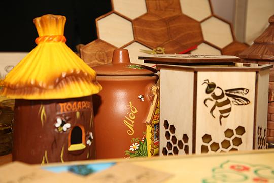 Министр четко дал понять, что пчеловоды — это такие же труженики села. «Для нас что пчеловоды, что растениеводы, что животноводы — все едины»