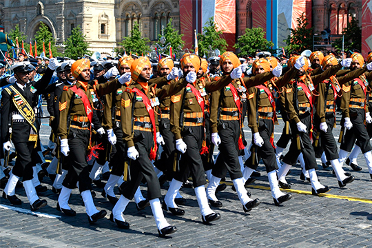 Особо запомнился экзотического вида расчет трех видов индийских вооруженных сил под командованием майора изсикхского полка легкой пехоты. В1944 году двое индийцев были награждены орденами Красной Звезды