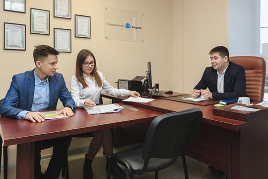 Постатистике Центробанка РФ, две трети россиян имеют необеспеченный потребительский кредит или задолженность покредитным картам, тоесть оплачивают банковскими займами текущие расходы или покупки