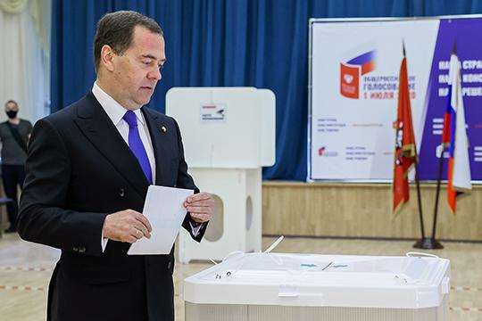В первый день голосования (видимо, воодушевившись обращением президента РТ) отдать свой голос решили многие «випы» страны и республики. Дмитрий Медведев пришел на избирательный участок рано утром