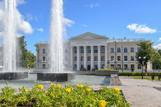 Здание ДК в Дербышках особенное. Здесь практически нет скромных залов — все очень монументальное, парадное, богато декорированное, с массой лепнины, есть даже росписи
