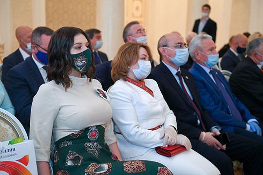 Все сидели, как и положено, в масках и перчатках, разве что не дистанцировались друг от друга. Руководитель агентства инвестиционного развития Татарстана Талия Минуллина продемонстрировала свой новый наряд