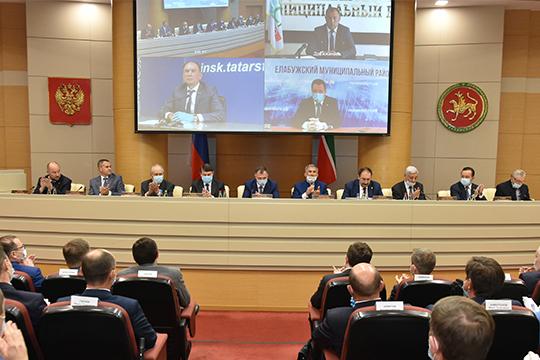 Впрезидиуме расположились сразу 5 премьер-министров республики (Шаймиев, Мухаметшин, Минниханов, Халиков, Песошин)