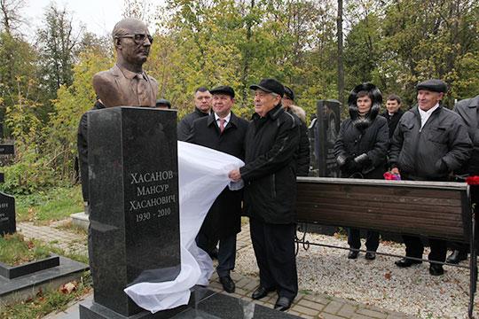 Открытие бюста Мансура Хасанова на его могиле на Арском кладбище Казани