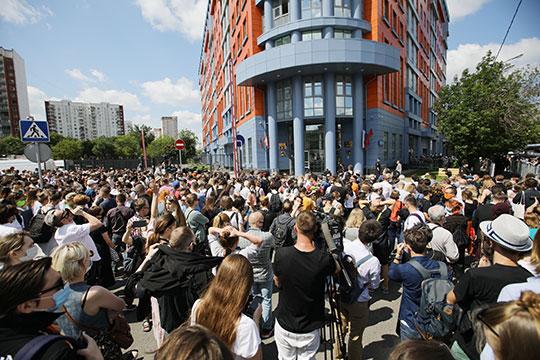 Поддержать подсудимых к зданию пришли несколько сотен человек