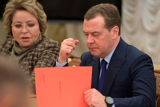 «Три буквы» «нашел» экс-президенту новую работу: «Дмитрий Медведев до конца года может стать сенатором и сменить спикера Совета Федерации в кресле главы верхней палаты российского парламента